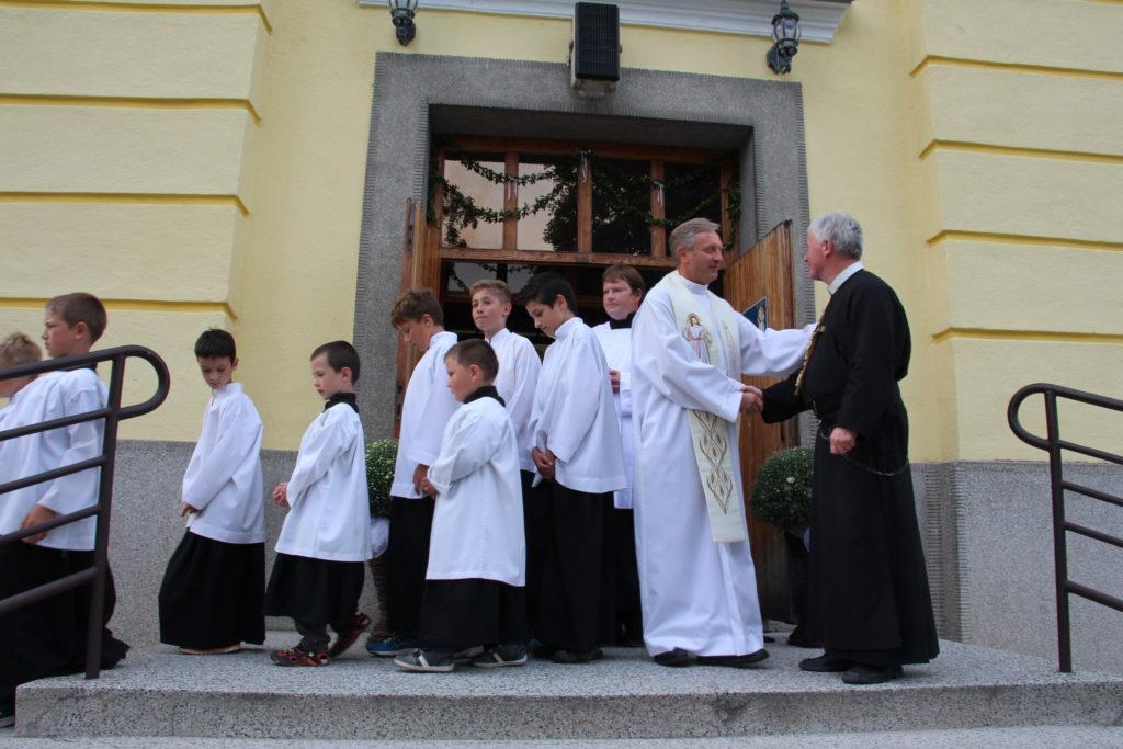 privitanie pred kostolom